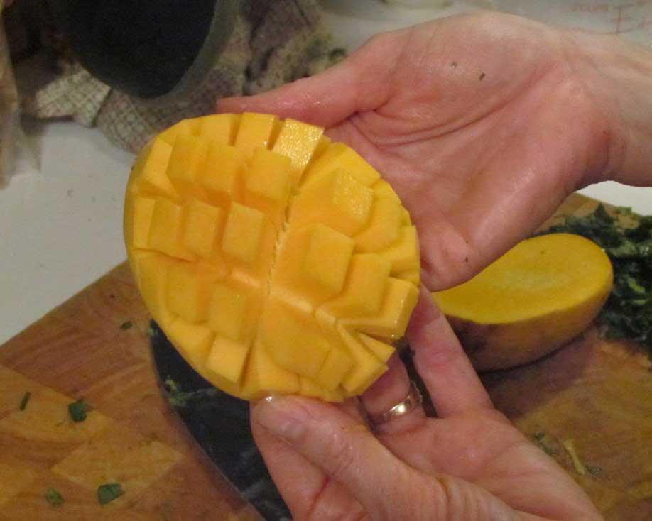 Cómo rebanar un mango, paso cuatro