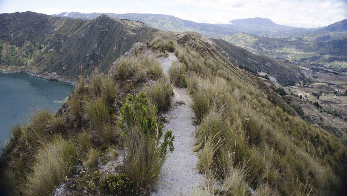 Sendero del borde del cráter, Laguna Quilotoa, Ecuador