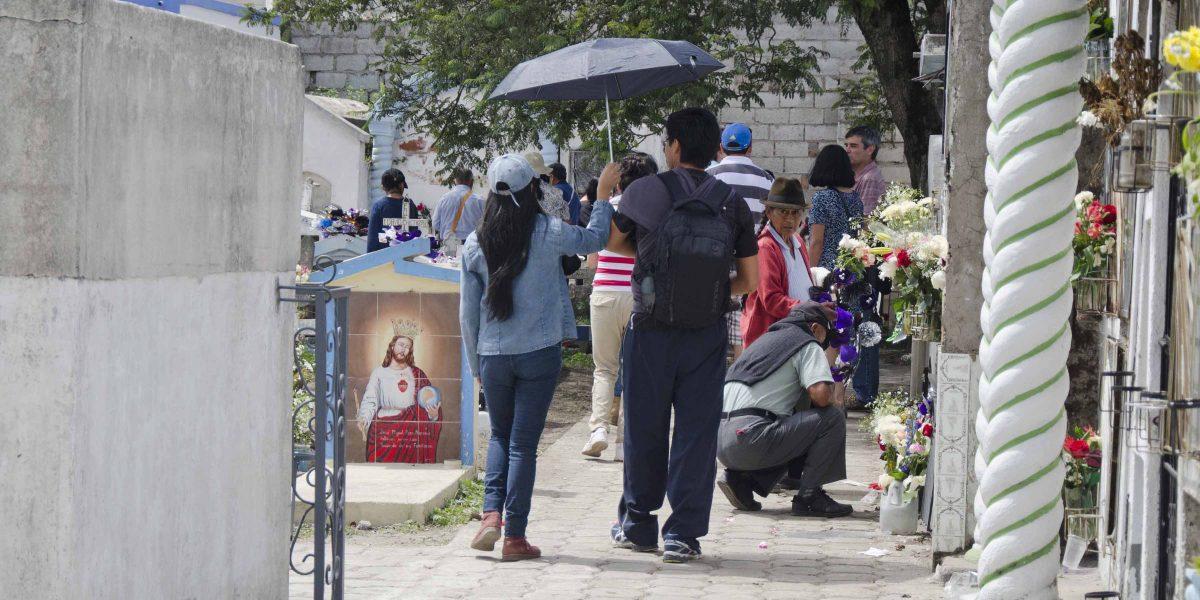 Strolling the Cemetery, Día de los Difuntos, Calderón | ©Angela Drake