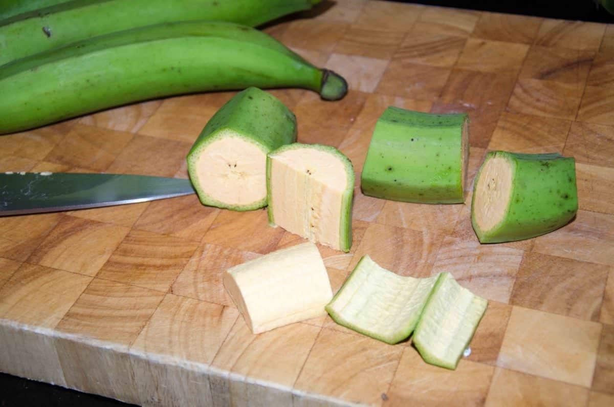 Cut and peel the plantain, recipe for Bolón de Verde