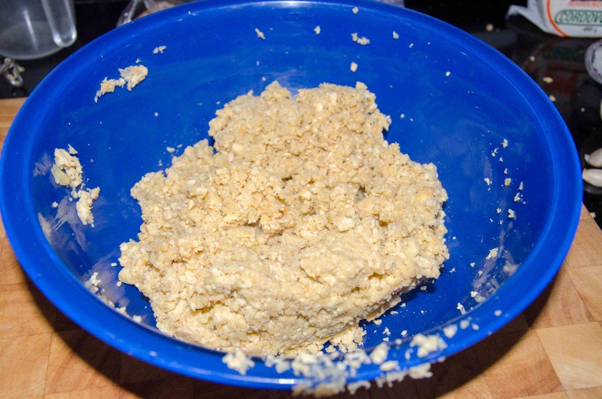 Mash the plantain; recipe for Bolón de Verde