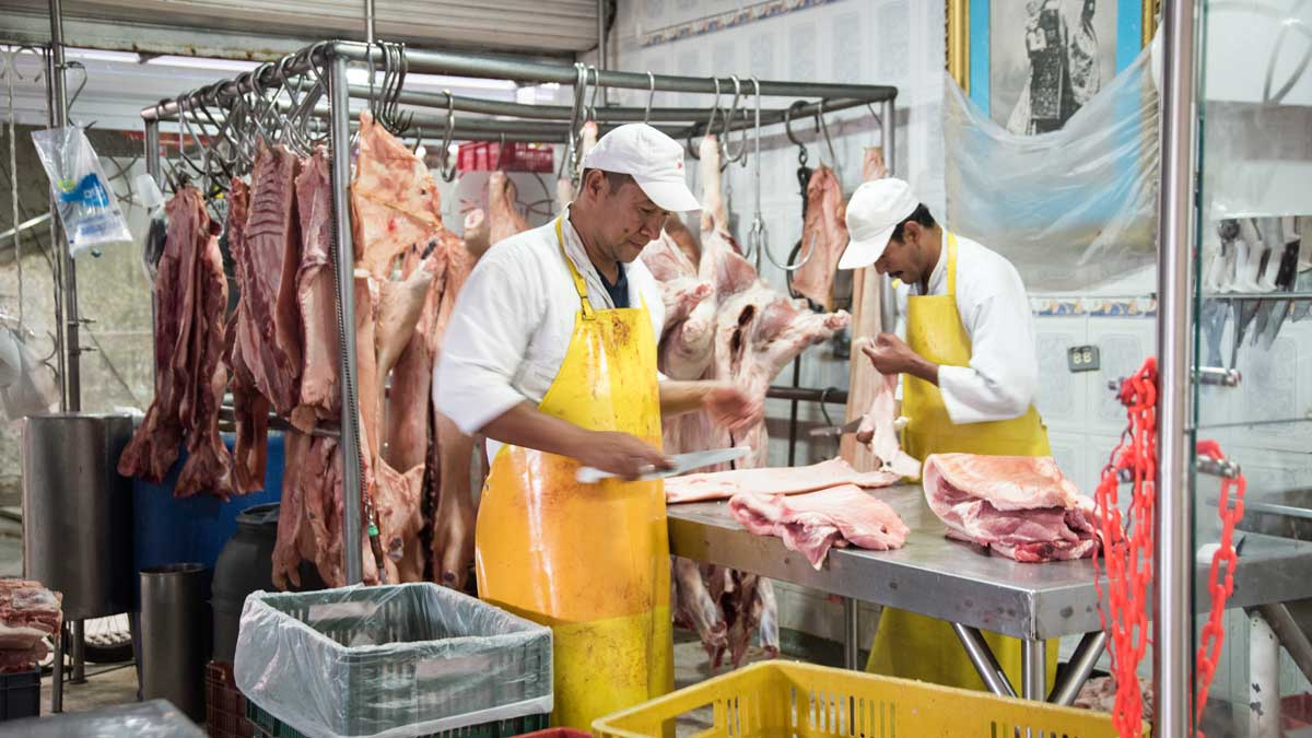 Butchers at work, Plaza Mercado de Paloquemao | ©Angela Drake