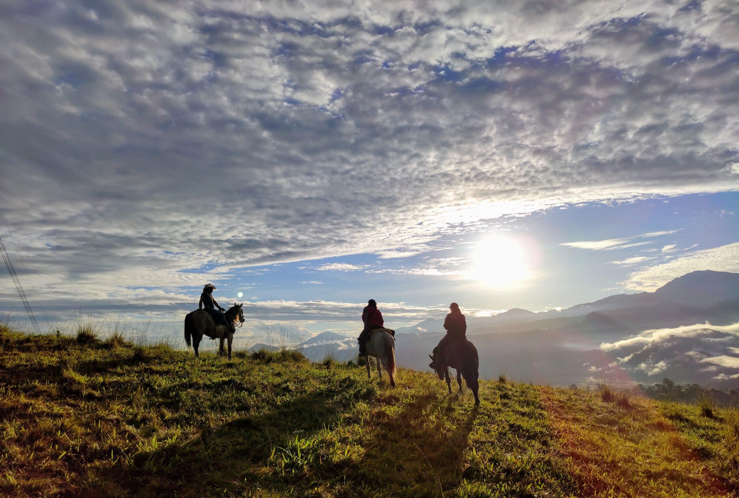 Amanecer desde el Lomo de un Caballo, San Francisco de Borja, Provincia de Napo| ©Jacqueline Granda