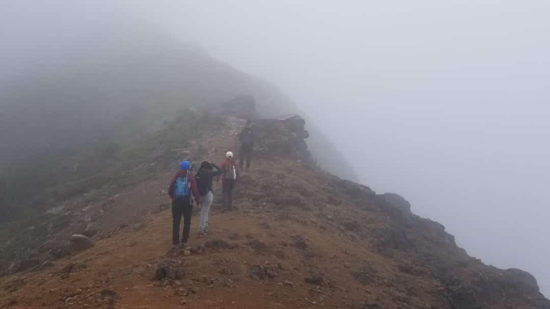 Uno excursionistas llegando a la cumbre de Pichincha