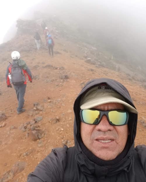 Un selfie de autor con el camino y otros excursionistas al fondo en camino nublado