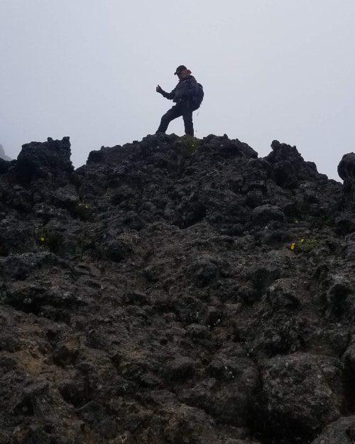 El perfil de un excursionista en cima de la cresta llamada Paso de la Muerte